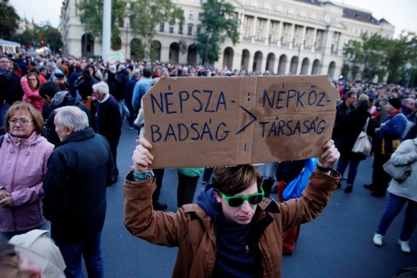 A demonstrator shows support for Nepszabadsag on October 8, 2016. EPA/Zoltan Balogh